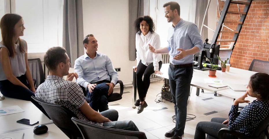 Groupe de personne discutant dans un bureau