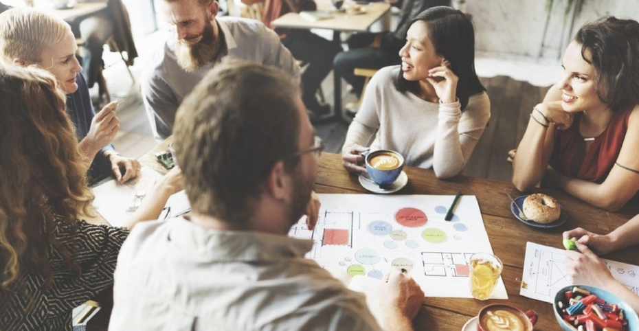 Groupe de personnes discutant travail autour d'un café